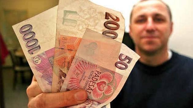 DVANÁCT STOVEK málem připravilo Vladimíra Vrábela z Mělníka  o víru, že si lidé mají pomáhat. Podvodník, který ho  o peníze připravil (na malém snímku v rohu) byl ale už lapen.