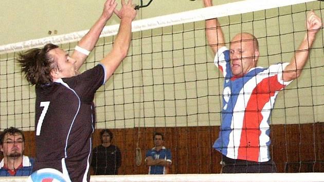 Za sítí útočí kralupský volejbalista Kamil Gruncl, kterého vpředu neúspěšně blokuje mělnický Petr Martinovský.