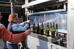 Plnění vína do lahví v Mělníku na rakouské mobilní lahvovací lince.