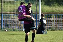 Fotbalisté kralupského FK 1901 (ve fialovém) potvrdili roli už jistého vítěze okresního přeboru, Horní Beřkovice deklasovali 12:1.