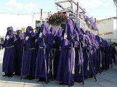 Předvelikonoční týden, to je zážitek. Jarní svátky se jmenují Semana santa,v překladu svatý týden. Ten začíná květnou nedělí a končí následující neděli, kdy je svátek zmrtvýchvstání. Kromě sobot a nedělí, kdy jsou pouze mše v kostelích, procházejí  v podv