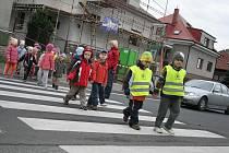 V ITALSKÉ ulici v Mělníku nastříkali silničáři pouze dva přechody pro chodce. Jeden z nich je přímo na křižovatce s Pražskou ulicí, druhý u samoobsluhy (na snímku).  Občas tam přecházejí i děti z nedaleké mateřské školy Pohádka na Slovanech.