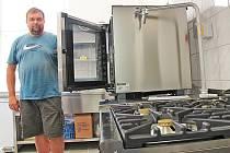 Radost budou podle starosty obce Jindřicha Urbánka (na snímku) mít školní  kuchařky. Budou vařit v novém.