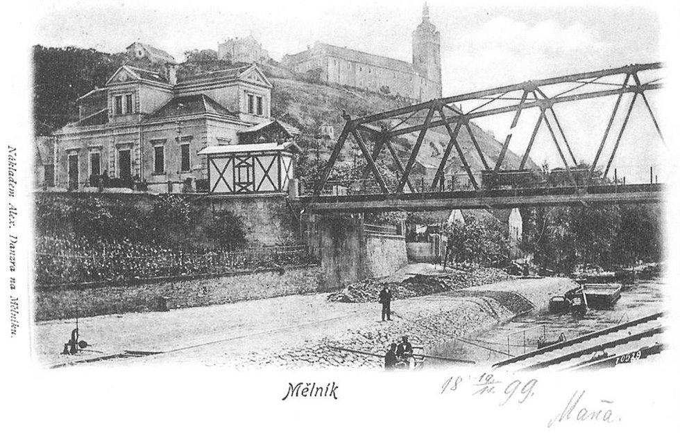 Pohlednice z roku 1899. Vlevo je hostinec, který nechal postavit Josef Viktorin v roce 1889. Iniciály JV v tympanonech štítů jsou tam patrné dodnes. Domek z hrázděného zdiva sloužil k výběru poplatku (mýta) za přechod nebo přejezd mostu. Domek na obzoru n