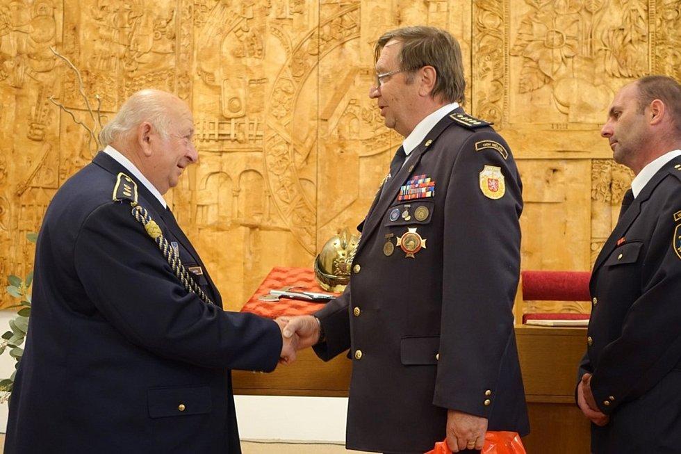 Dva dobrovolní hasiči z Mělnicka obdrželi v květnu nejvyšší hasičské ocenění. Titul Zasloužilý hasič patří Františku Pechovi a Josefu Hejtykovi.