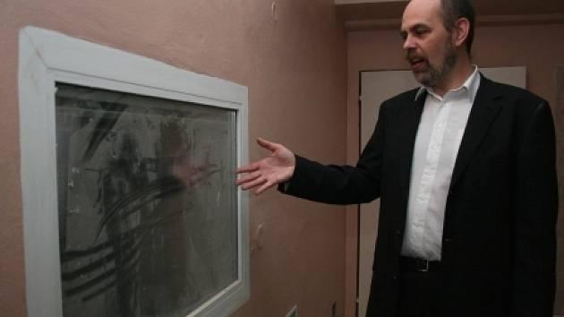 PRŮHLEDOVÉ OKNO. Ředitel neratovické nemocnice Jiří Vlček ukazuje průhledové okno, které v jednom z nových pokojů oddělení zajístí, že sestry budou moci neustále kontrolovat pacienty.