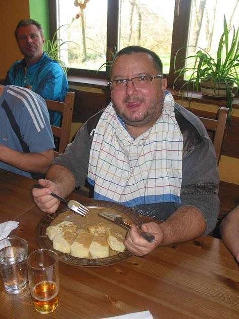 ZAŠEL NA SVÍČKOVOU A ZVÍTĚZIL. Vladimír Týc z Prahy zvládl sníst celkem dvacet čtyři knedlíků.