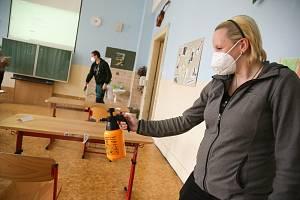 Povinná opatření v českých školách: respirátory, dezinfekce i rozestupy.
