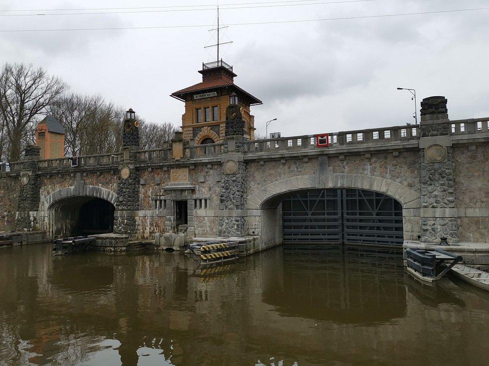Unikátní kamenný most na zdymadle v Hoříně má za sebou první oficiální zdvih.