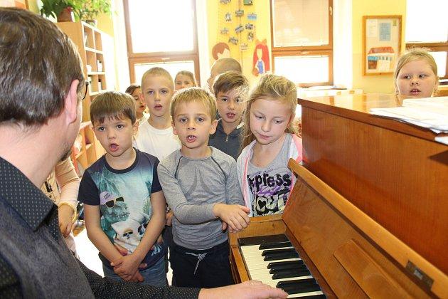 Děti krásně zpívaly, pan učitel zpíval snimi a hrál na klavír.