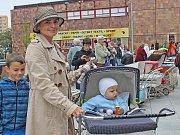 Kralupanka Věra Čížková vlastní kolekci již 600 funkčních dětských kočárků různých tvarů, barev i roků výroby.
