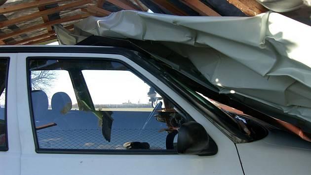 Na felicii spadla utržená střecha