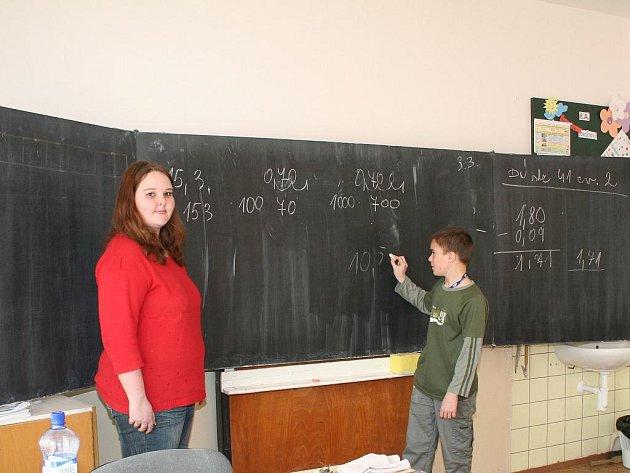 Děti z mělnické praktické školy se učí stejné předměty, jako děti z běžných základních škol. Jen o jeden světový jazyk mají méně.