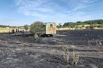 Při požáru pole na Mělnicku našli hasiči lidské tělo.
