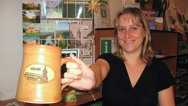 MĚLNICKÉ upomínkové předměty jdou podle Jany Kirchnerové (na snímku) z turistického informačního střediska na dračku.