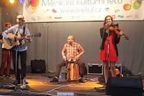 Koncert kapely Typical Stereo, který se v rámci Mělnického kulturního léta odehrál ve středu na mělnickém náměstí Míru, roztančil všechny přítomné diváky.