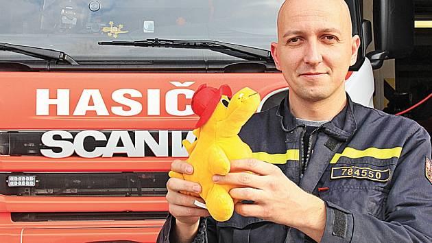 Mělnický hasič Petr Janda má pro děti, které se staly účastníky nehod, plyšové dráčky.