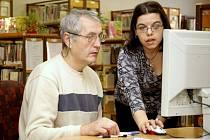 U počítačů v knihovnách sedí stále častěji i čtenáři důchodového věku. Knihovnice počítají s tím, že počet surfujících seniorů budedále stoupat