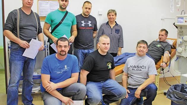 Dobrovolní hasiči z Mělnicka byli darovat krev.