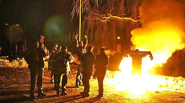 Fanouškové z Tábora se po ukončení zápasu bavili tím, že na parkovišti nedaleko mělnického zimního stadionu odpálili dýmovnici.