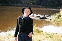 Při návštěvě v Česku, Helena Aeschbacher-Sinecká u Labe v rodných Kozlech.