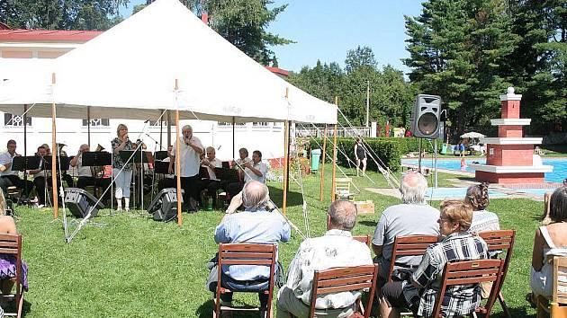 Folklorní festival na koupališti ve Mšeně.