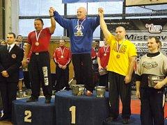 KRALUPSKÝ Zdeněk Tuháček (ve žlutém) vybojoval na historicky prvním MČR v silovém trojboji RAW bronz.