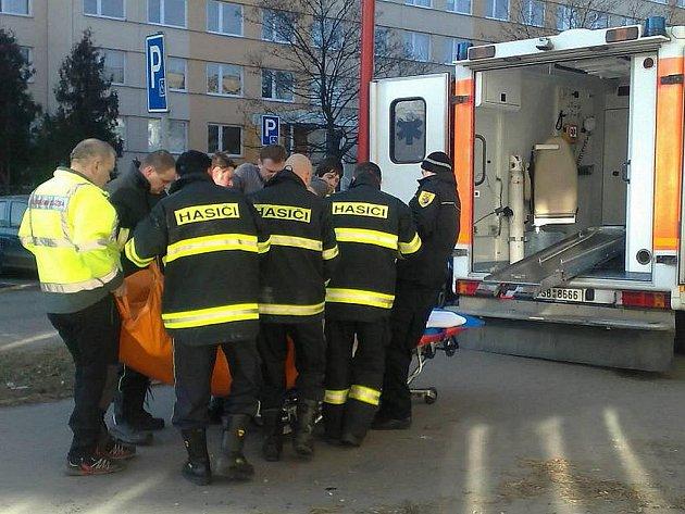 Zdravotníci, hasiči a strážníci převáželi do nemocnice ženu vážící skoro tři sta kilogramů.