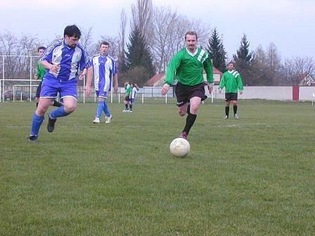 O víkendu se rozhořely jarní boje také v nejnižších fotbalových soutěžích. V B skupině IV. třídy si své postavení vylepšila hladkým vítězstvím 5:0 nad posledním Obřístvím rezerva FK Neratovice/Byškovice.