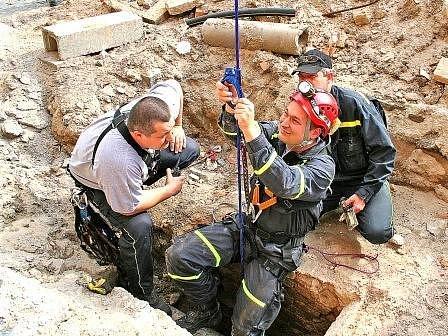 Hasič se do šachty ústící k chodbě dostal pomocí lana na jeřábu. Po něm se spustil do desetimetrové hloubky, kde zkoumal konec chodby a probořil kus zdi.