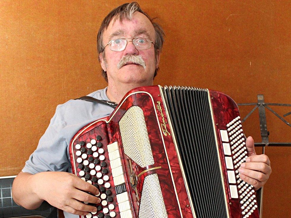 Karel Horňák má stále svou první harmoniku.