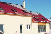Škoda, kterou oheň způsobil v konstrukci novostavby, jež podle informací Mělnického deníku zatím není ani zkolaudovaná, odhadli hasiči na čtyři sta tisíc korun.
