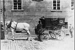 Fotografie z poslední třetiny 19. století. Je na ní vidět poštovní vůz c. k. pošty Mělník před poštovním úřadem.