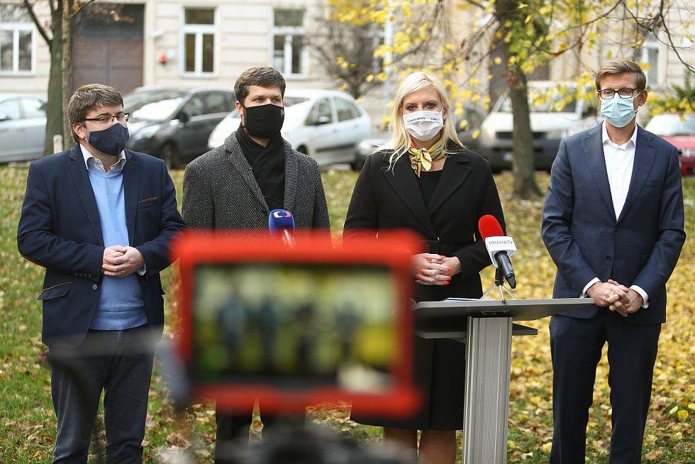 Podpis koaliční smlouvy Středočeského kraje před sídlem hejtmanství ve středu 4. listopadu 2020.