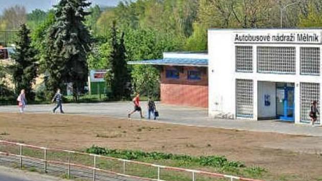 Plocha u budovy autobusového nádraží pomalu zarůstá zelení. Velké parkoviště je totiž zatím v nedohlednu.