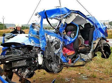 VRAK. Toto zbylo po nárazu ze Škody Fabia poté, co jí kamion smetl ze silnice a tlačil před sebou.