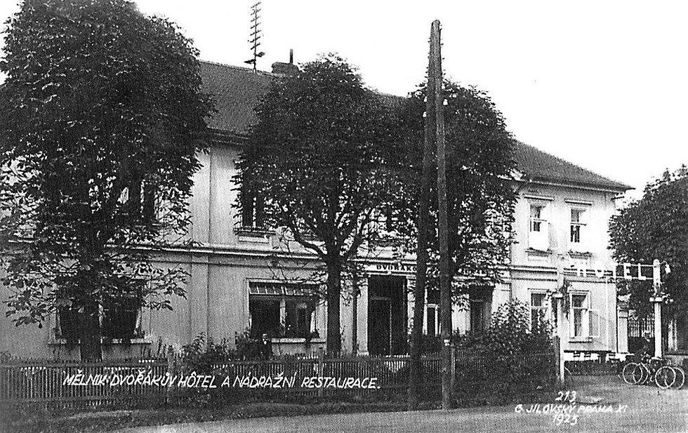 Hotel u nádraží - Dvořákova restaurace na mělnických Blatech v roce 1925.