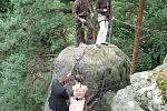 Zamilovaní horolezci si řekli své ano na pískovcové skále.