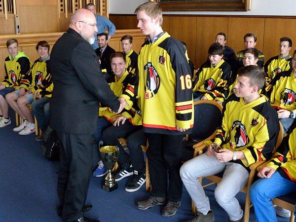 Mladší dorostence HC Junior Mělník přijal na radnici starosta Ctirad Mikeš.