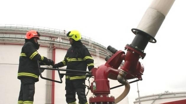 Ambassador je velmi výkonná hasičská jednotka, která dokáže vystříkat až 22 700 litrů hasící látky za minutu. Výška proudu dosáhne až 67 metrů. Předpokládá se, že dva Ambassadory tak, jak byly použity včera, by uhasily požár nádrže zhruba za hodinu.