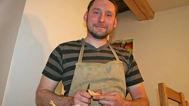 JAROSLAV FRK má k umění blízko. Kromě lidových řemesel, která jsou jeho koníčkem, se živí jako umělecký kovář.