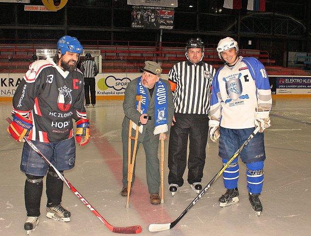 Tentokrát ne na Bělehrad, ale na ledovou plochu kralupského zimního stadionu zamířil, opatřen berlemi, dobrý voják Josef Švejk.