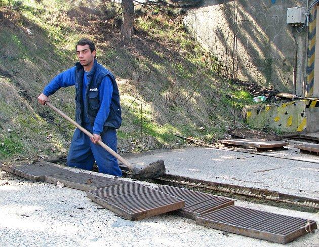 Práce na instalaci roštů na cestě nedaleko Synthosu.