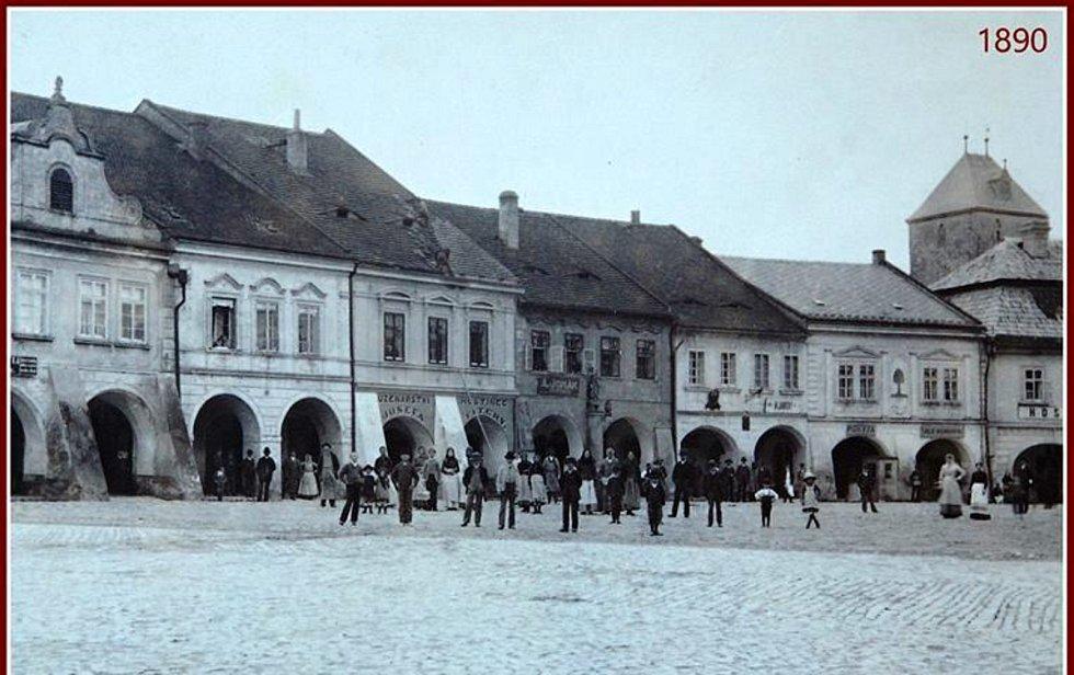 Mělnické náměstí Míru, kde se v č. 7 nachází firma Růzha. Dům se sloupem a sochou antické bohyně na snímku uprostřed.