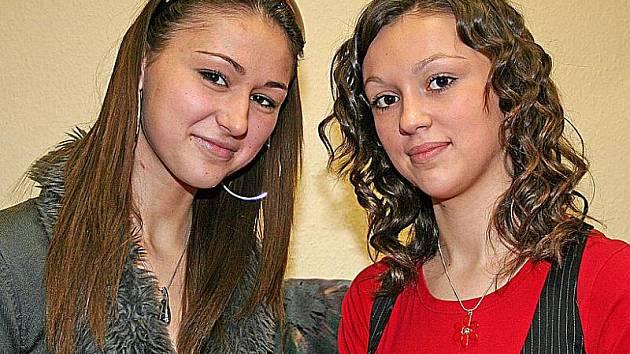 Sestry Jinochovy, osmnáctiletá Tereza (nalevo) a šestnáctiletá Martina provázejí děvčata soutěží Dívka roku. Vědí, co je čeká, obě ji totiž jako čtrnáctileté vyhrály.