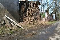Cestu na liběchovské vlakové nádraží přetíná potok ze splašků