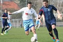 Pavel Jína (vpravo) ještě v dresu Neratovic v utkání se svým současným klubem.