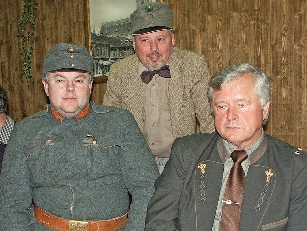 Setkání u příležitosti založení Spolku pro instalaci sochy Josefa Švejka v Kralupech byli přítomni  i šikovatel Jan Vaněk a dobrý voják Švejk (stojící), samozřejmě ztvárněni figuranty.