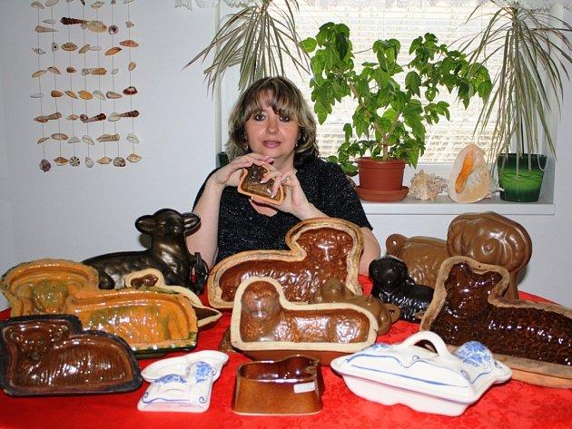 Jaroslava Holinová představuje část svého beránčího stáda, které zůstalo doma, zatímco menší polovina celé sbírky putovala do Regionálního muzea Mělník na výstavu.