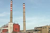 Teplárna v kralupském Areálu chemických výrob, pohled z roku 2005, kdy bylo rozhodnuto o definitivní likvidaci veškerého už chátrajícího technického zařízení k dopravě hnědého uhlí ke kotlům energetiky (napravo).
